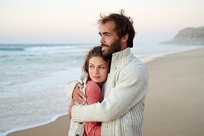 Young couple on beach - p1124m1508638 by Willing-Holtz