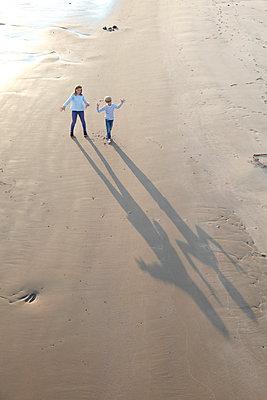 Schattenmonster - p249m1077945 von Ute Mans