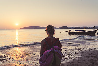 Rear view of woman on the beach at sunset, Noppharat Thara Beach, Ao Nang, Krabi, Thailand - p300m2166278 by Christophe Papke