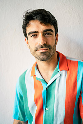 Handsome man standing in front of white wall - p300m2286816 by Rafa Cortés