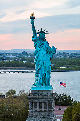 Aerial of the Statue of Liberty at sunset, New York, USA - p651m2007291 by Matteo Colombo photography