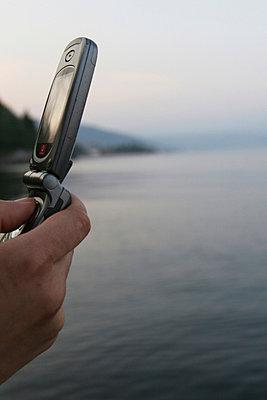 Handy in der Hand eines mannes - p9791435 von Wilken