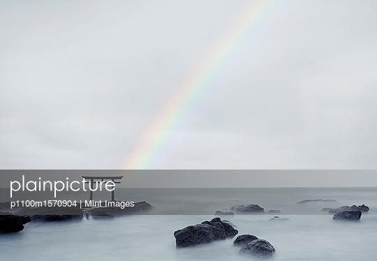 plainpicture - plainpicture p1100m1570904 - Rainbow over tall Torii gat... - plainpicture/Mint Images