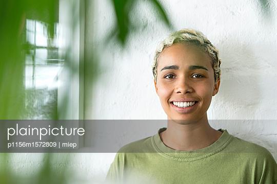 Frau im Grün - p1156m1572809 von miep