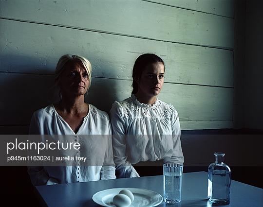 Zwei Frauen nebeneinander - p945m1163024 von aurelia frey