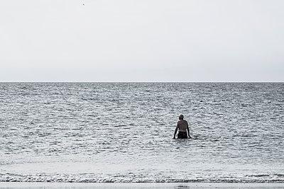 Alter Mann badet im Meer - p1243m1065785 von Archer