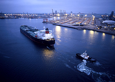 Tugboat and container ship in the port of Long Beach - p555m1480109 by Tom Paiva Photography