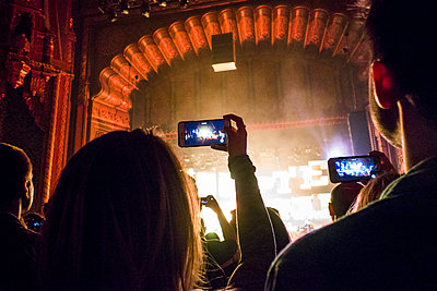 People photographing with cell phones at concert in theater - p555m1482044 by Adam Hester