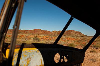Autowrack in der Wüste - p628m886717 von Franco Cozzo
