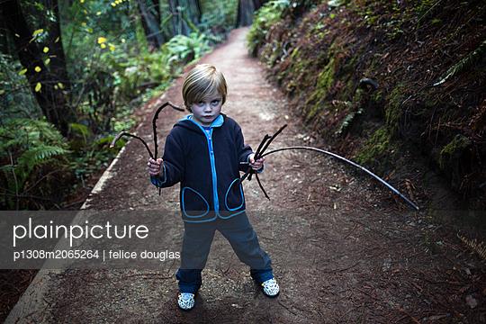 Kind im Wald - p1308m2065264 von felice douglas