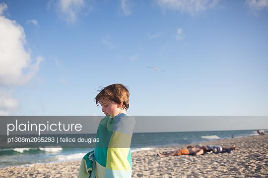 Junge am Strand - p1308m2065293 von felice douglas