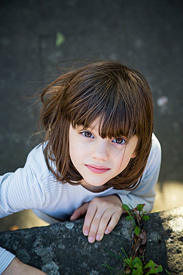Portrait of little girl climbing on a wall - p300m2213816 by Larissa Veronesi