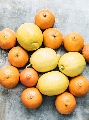 Studio shot, overhead view of oranges and lemons - p429m1227045 by Magdalena Niemczyk - ElanArt