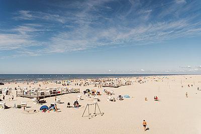 Überfüllter Strand in St. Peter-Ording - p432m2205634 von mia takahara