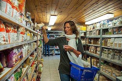 Shopping basket - p896m959538 by Roel Burgler