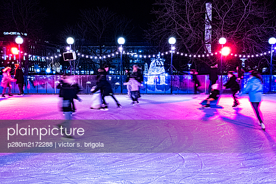 Ise skaters on Christmas market - p280m2172288 by victor s. brigola
