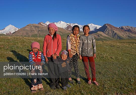 Indigene Kinder vor dem Pamir Gebirge - p390m1159280 von Frank Herfort