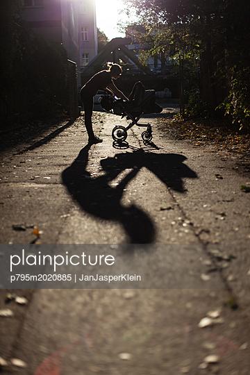 Frau mit Kinderwagen - p795m2020885 von Janklein