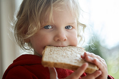 Kind mit Toastscheibe - p1348m1558713 von HANDKE + NEU