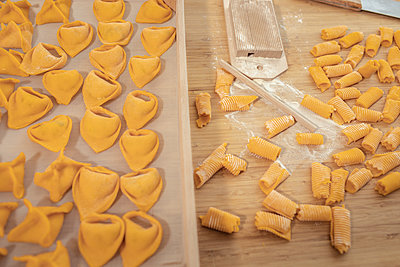 Home made ravioli and gnocchi on wooden surface - p312m2262759 by Plattform