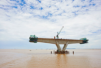 Bridge construction project in the Pacific Ocean - p390m1477117 by Frank Herfort