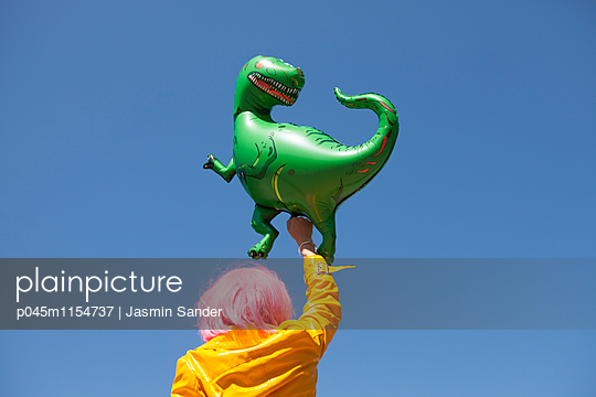 Tyrannosaurus halten - p045m1154737 von Jasmin Sander