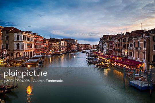 Italy, Venice, Canal Grande in the evening - p300m2024023 von Giorgio Fochesato