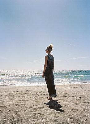 Frau blickt zum Horizont - p1215m1171027 von Kim Keibel