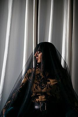 Frau mit schwarzem Schleier und geschlossenen Augen - p1621m2228880 von Anke Doerschlen