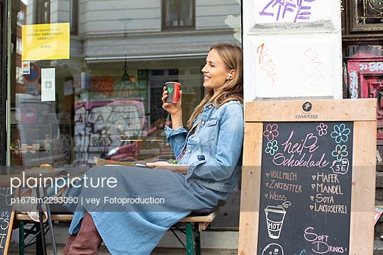 Woman having a break  - p1678m2293090 by vey Fotoproduction