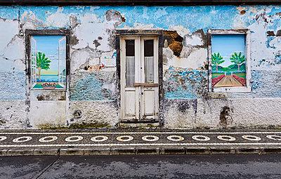 Rundown house - p1299m1584101 by Boris Schmalenberger