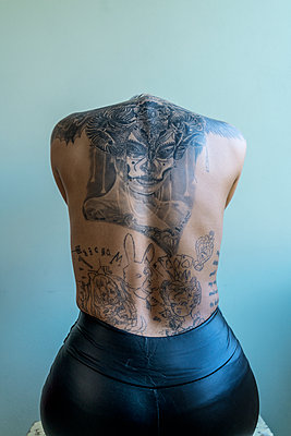 Tattooed back - p427m2076169 by Ralf Mohr