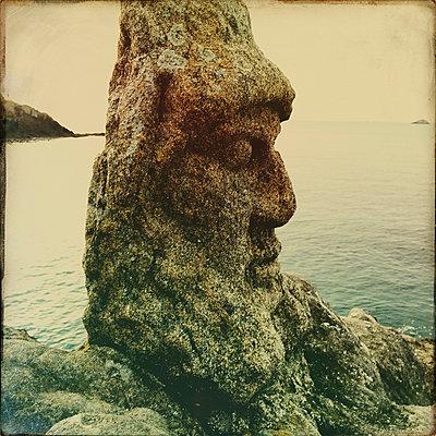 Steinfigur an der Küste - p567m1530411 von Gaëlle Magder