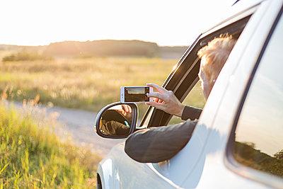 Mann macht Foto mit dem Smartphone - p1396m1481175 von Hartmann + Beese