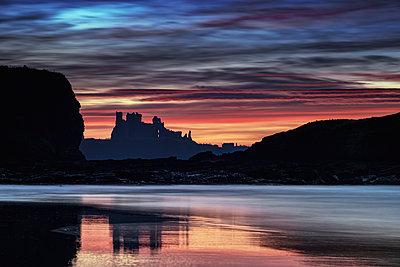 UK, Scotland, East Lothian, Tantallon Castle at sunset from Seacliff beach - p300m1450269 by Scott Masterton