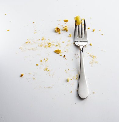 Fork with crumbs of apple pie - p555m1303410 by Manny Rodriguez