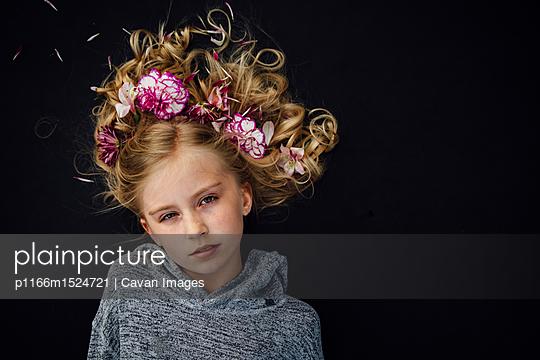 Overhead portrait of girl wearing flowers - p1166m1524721 by Cavan Images
