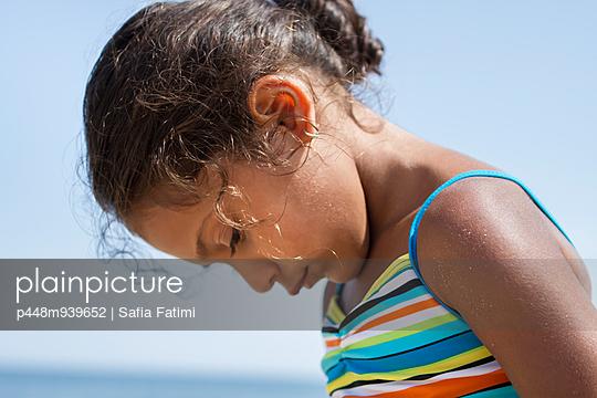 Kleines Mädchen - p448m939652 von Safia Fatimi