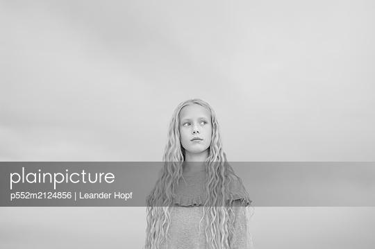 Blonde girl, portait - p552m2124856 by Leander Hopf