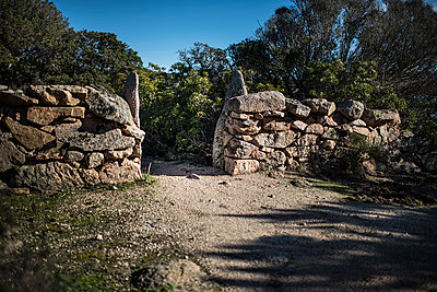 Old stone gate - p1007m1540377 by Tilby Vattard
