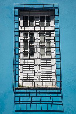 Fenster mit Gitter - p1170m1111623 von Bjanka Kadic