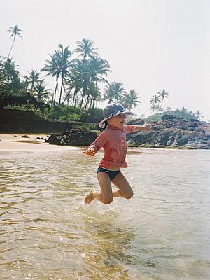 Mädchen springt ins Wasser, Sri Lanka - p1215m1026312 von Kim Keibel