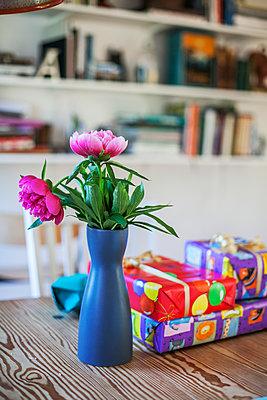 Flowers in vase - p312m1471604 by Malin Kihlstrom