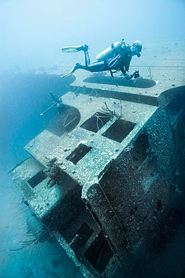 Diver examining underwater shipwreck - p429m743955 by Zac Macaulay