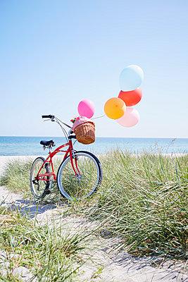Fahrrad und Luftballons - p464m1040743 von Elektrons 08