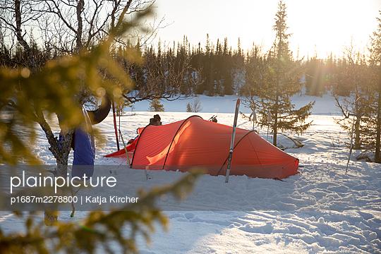 Tent in winter sun in Swedish forest - p1687m2278800 by Katja Kircher