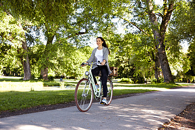 Junge Frau fährt Fahrrad - p1146m1162884 von Stephanie Uhlenbrock