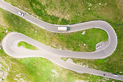 Furka pass, serpentines, drone photography - p1600m2215296 by Ole Spata