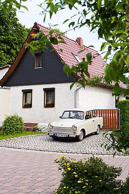 Beiger Trabant parkt vor einem Haus - p177m1503699 von Kirsten Nijhof