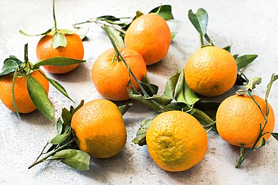 High angle view of oranges with leaves - p429m1103205 by Magdalena Niemczyk - ElanArt